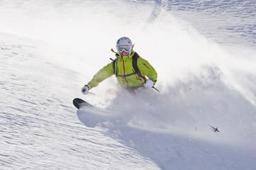 Österreich, Junge Frau macht Ski alpin