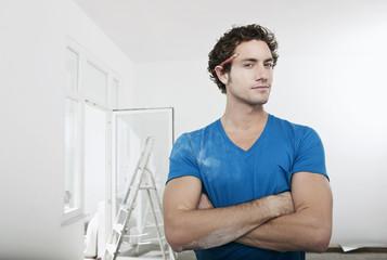 Deutschland, Köln, Junger Mann mit Bleistift hinter dem Ohr , Wohnungsrenovierung