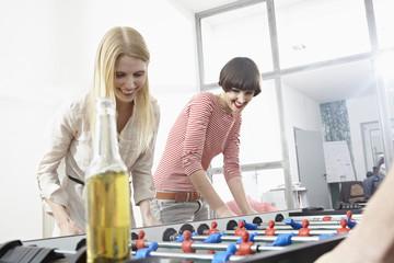 Deutschland, Köln, Junge Frauen spielen Tischfußball
