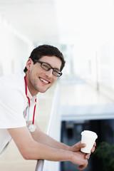 Deutschland, Bayern, Diessen am Ammersee, Junger Arzt stützte sich auf Geländer, Kaffeepause
