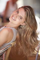 Deutschland, Niedersachsen Bayern, Landshut, Nahaufnahme der jungen Frau sitzt im Straßencafé, Lächeln