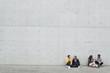 Deutschland, Berlin, Mann und Frau sitzen gegen Wand und reden