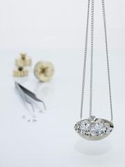 Diamanten auf einer Karatwaage