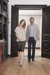 Deutschland, Frau und Mann zu Fuß durch Bibliothek