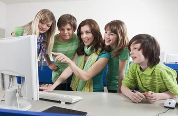 Deutschland, Emmering, Lehrer mit Computer
