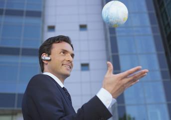 Deutschland, München, Manager mit kleinem Globus