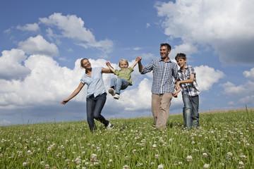 Deutschland, Bayern, Altenthann, Familie zusammen zu spielen auf der Wiese