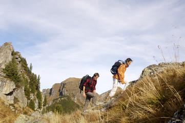 Paar, Wandern in den Bergen