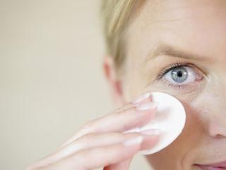 erwachsene Frau mit Reinigungs-Pad, close up
