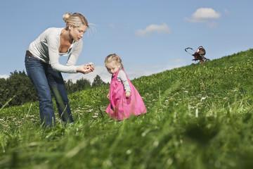 Deutschland, Köln, Mutter und Tochter mit Blumen