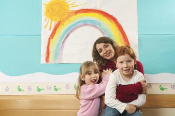 Deutschland, Kindergärtnerin und Mädchen, in Kinderzimmer