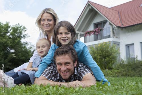 Deutschland, München, Familie vor dem Haus