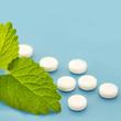 Naturheilkunde - Melisse und Tabletten