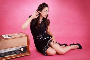 Mädchen hört der Musik zu