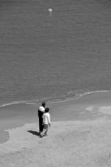 coppia a spasso in spiaggia