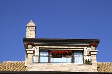 balcone fiorito di una casa