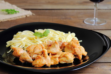 Pollo al pimentón acompañado de pasta