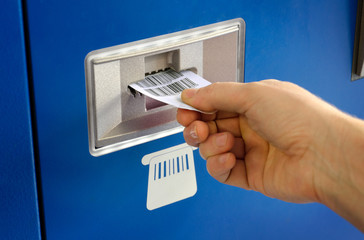 Parkscheinautomat - Hand mit Ticket beim Bezahlen