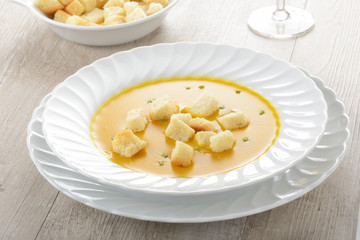 Piatto di zuppa o minestra con la zucca