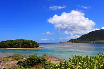 沖縄の穏やかな海と夏空
