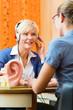 Schwerhörige Frau macht einen Hörtest