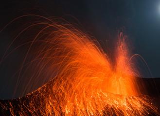 Vulkanausbruch  in Vollmondnacht