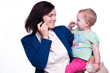 Frau mit Kind und Telefon
