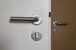 Zwei Türklinken an einer Bürotür