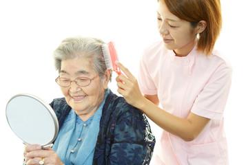 髪を整える笑顔の高齢者