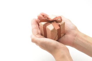 プレゼントを渡す女性の手