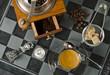 Tasse Espresso mit Kaffeemühle, Bohnen und Accessoires