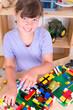 Kind spielt mit Stechbausteine