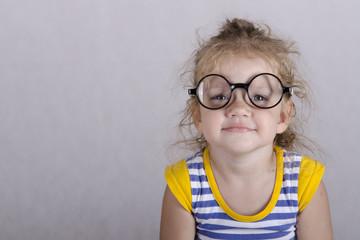 Портрет двухлетней девочки в  смешных очках