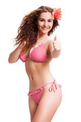 attraktive junge Frau im Bikini mit Daumen-Hoch-Geste
