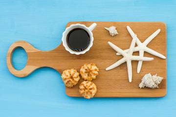 Caffè espresso con biscotti e stelle marine