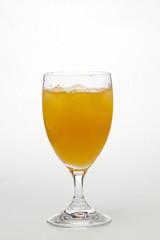 冷たいオレンジジュース