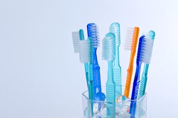 Farbige Zahnbürsten isoliert