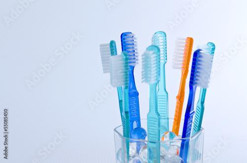 Farbige Zahnbürsten isoliert - 55085450