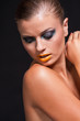 junge attraktive frau mit gelben lippenstift portrait