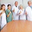 Ärzte halten ihre Daumen hoch