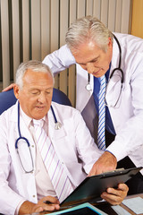 Zwei Ärzte besprechen gemeinsam eine Checkliste