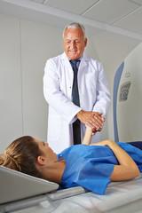 Arzt beruhigt Patientin vor MRT