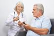 Arzt macht Test für Blutzucker bei Senioren