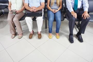 Füße von Leuten im Wartezimmer
