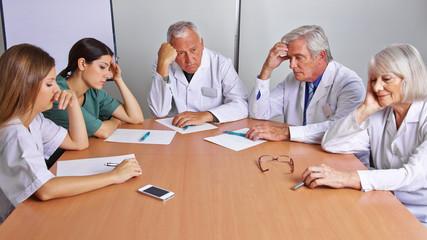 Nachdenkliches Team von Ärzten