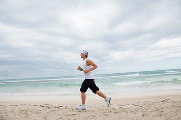 erwachsener sportlicher mann jogger am strand