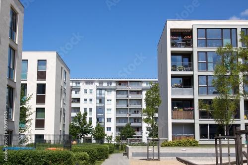 Moderne Neubausiedlung Mehrfamilienhäuser - 55099045