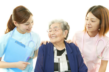 笑顔の高齢者と医療スタッフ