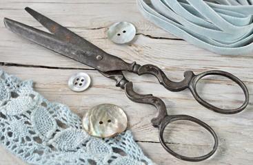 Antike Schere und Bänder