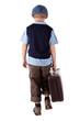 kleiner Junge mit Koffer von hinten